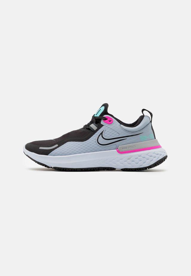 REACT MILER SHIELD - Neutral running shoes - obsidian mist/black/aurora green/fire pink/chrome/football grey