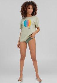 O'Neill - SURFBOARD - Print T-shirt - desert sage - 1