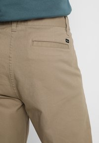 Obey Clothing - STRAGGLER FLOODED PANTS - Broek - khaki - 5
