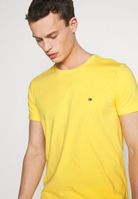 Tommy Hilfiger - T-shirt basic - yellow - 4