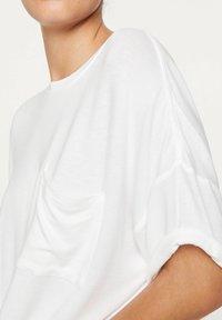 OYSHO - BASIC SHORT-SLEEVED T-SHIRT - T-shirt basique - white - 4