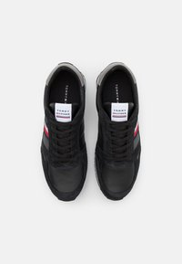 Tommy Hilfiger - RUNNER STRIPES - Sneakers basse - black - 3