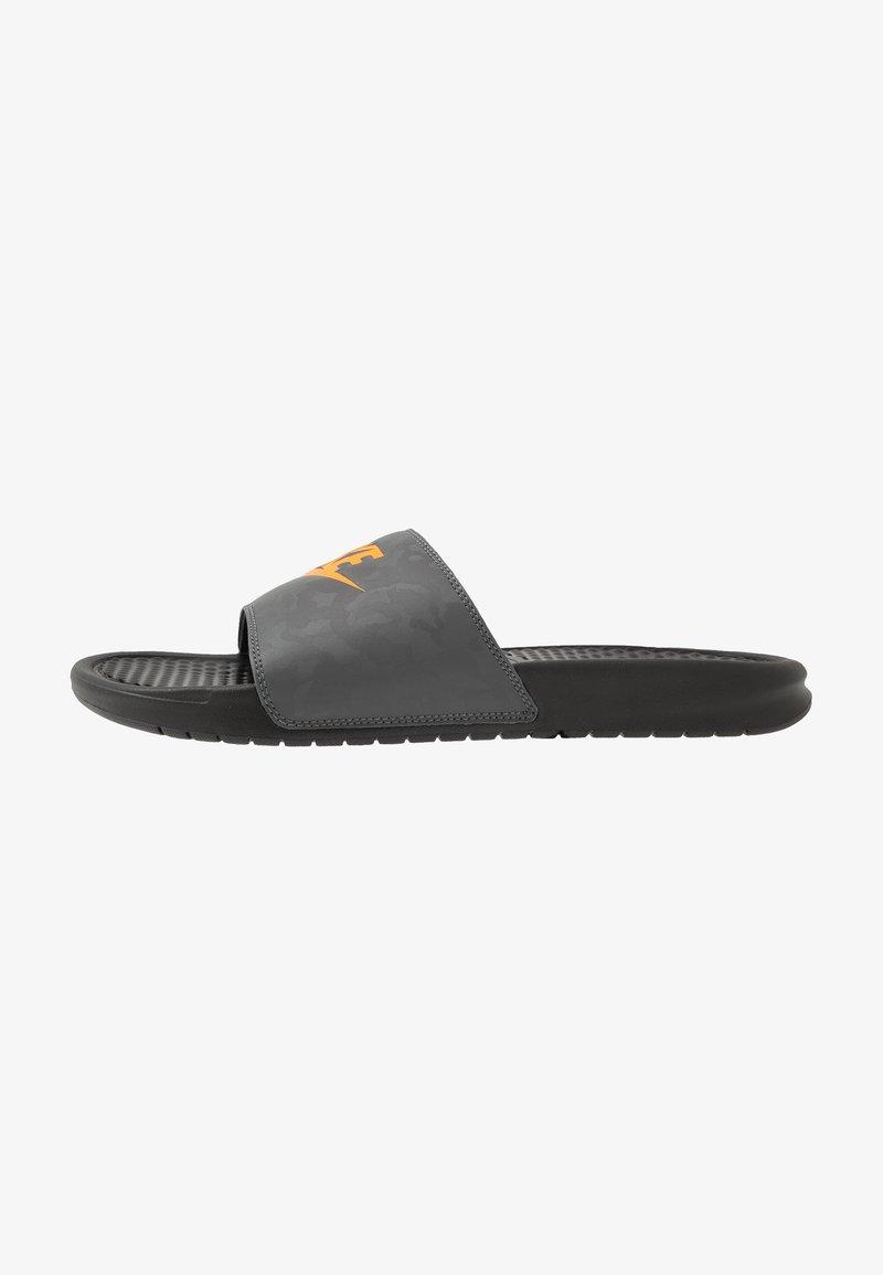 Nike Sportswear - BENASSI JDI - Badsandaler - black/laser orange/iron grey