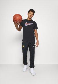 Nike Performance - MASH TEE - T-shirt med print - black - 1