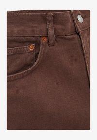 PULL&BEAR - MIT SEITLICHEM SCHLITZ - Denim shorts - mottled light brown - 4