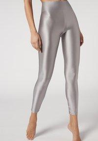 grau -light grey