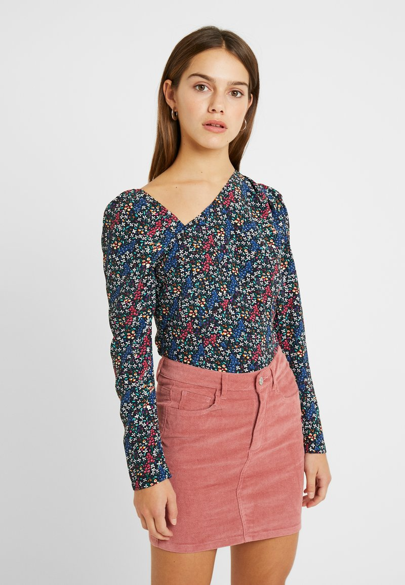 Fashion Union Petite - GEMMA BLOUSE WITH DIAGNOL NECKLINE  - Blouse - berry