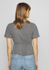Abercrombie & Fitch - PRINT DRIVER TIE FRONT - Blouse - black grounded - 2