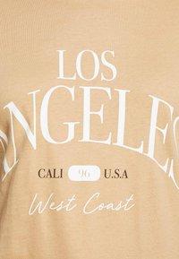 New Look Curves - LOS ANGELES - Print T-shirt - camel - 5