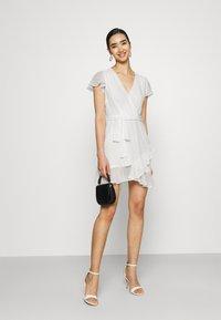 Nly by Nelly - DREAMY FLOUNCE DRESS - Sukienka koktajlowa - white - 1