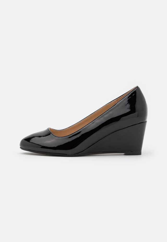 WIDE FIT DREAMER WEDGE COURT - Pumps med kilklack - black