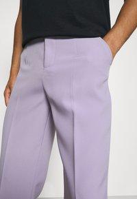Mennace - SUNDAZE STRAIGHT FIT TROUSER - Pantalon classique - lilac - 4