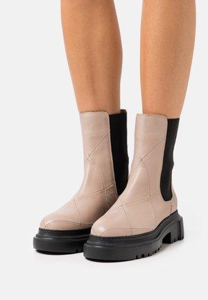 Kotníkové boty na platformě - light grey