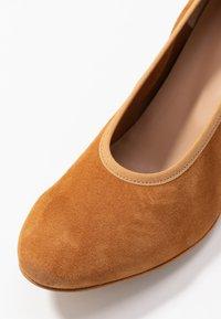 PERLATO - Classic heels - camel - 2