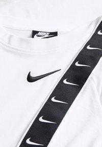 Nike Sportswear - TEE TAPE - Camiseta estampada - white - 3