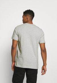 adidas Originals - TREFOIL UNISEX - T-shirt med print - medium grey heather/white - 2