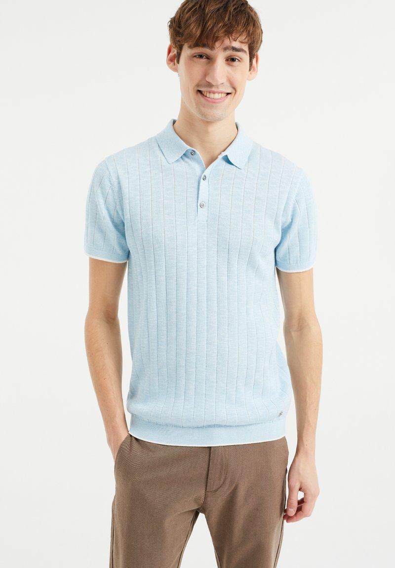WE Fashion - MET STREEPSTRUCTUUR - Polo shirt - light blue
