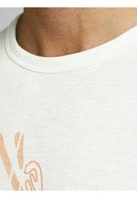 Jack & Jones - RELAXED FIT - Print T-shirt - cloud dancer - 4
