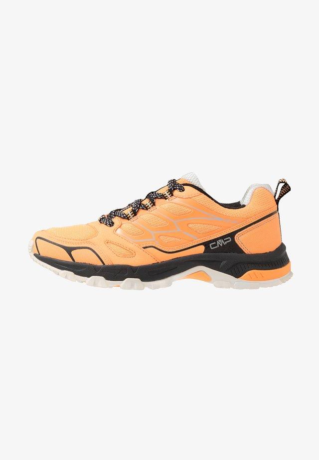 ZANIAH TRAIL SHOE - Trail running shoes - solarium/nero