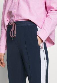 Tommy Jeans - STRIPE DETAIL SMART - Pantalon de survêtement - twilight navy - 4