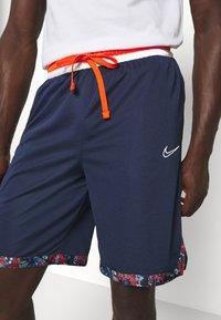 Nike Performance - DRY DNA SHORT - Sportovní kraťasy - college navy/team orange/white - 5