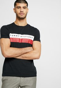 Tommy Hilfiger - LOGO BAND TEE - Print T-shirt - black - 0