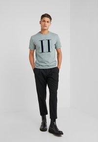 Les Deux - ENCORE  - T-shirts med print - petroleum blue/dark navy - 1