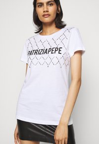 Patrizia Pepe - FLY LOGO TEE - Print T-shirt - bianco ottico - 4