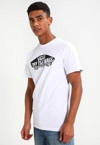 Vans - MN VANS OTW - Print T-shirt - white - 0