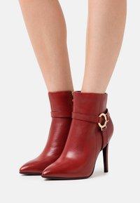 Tamaris Heart & Sole - BOOTS - Kotníková obuv na vysokém podpatku - ruby - 0