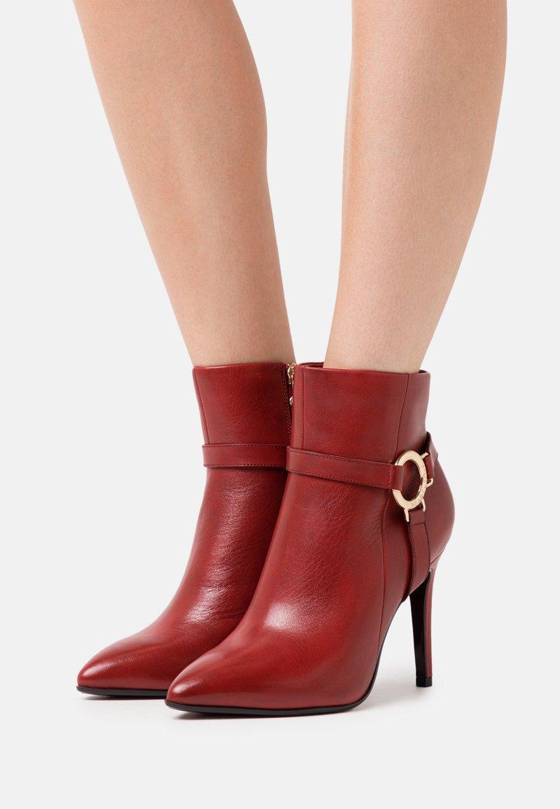Tamaris Heart & Sole - BOOTS - Kotníková obuv na vysokém podpatku - ruby