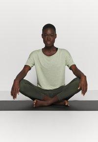 Nike Performance - LAYER - Basic T-shirt - celadon heather/olive aura - 1