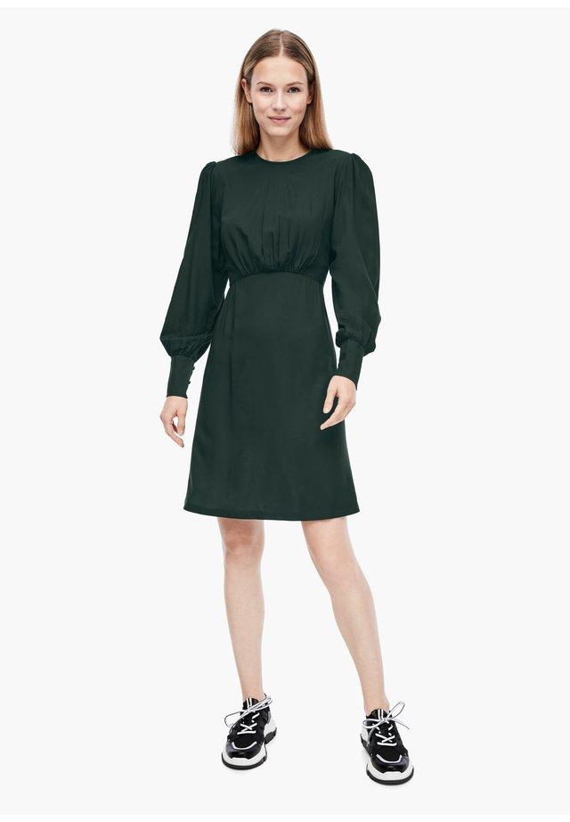 MIT RAFFUNG - Korte jurk - dark green