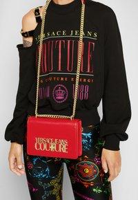 Versace Jeans Couture - SAFFIANO LOCK CROSSBODY - Taška spříčným popruhem - rosso - 3