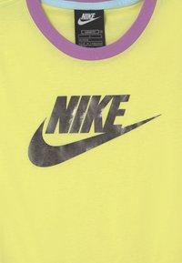 Nike Sportswear - Print T-shirt - zitron/glacier blue/violet shock - 2