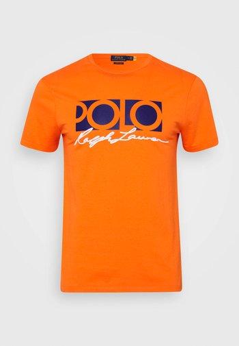 CUSTOM SLIM FIT LOGO JERSEY T-SHIRT - T-shirt z nadrukiem - spectrum orange