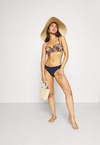 Chantelle - ETHNIC BANDEAU - Bikini top - wax - 1