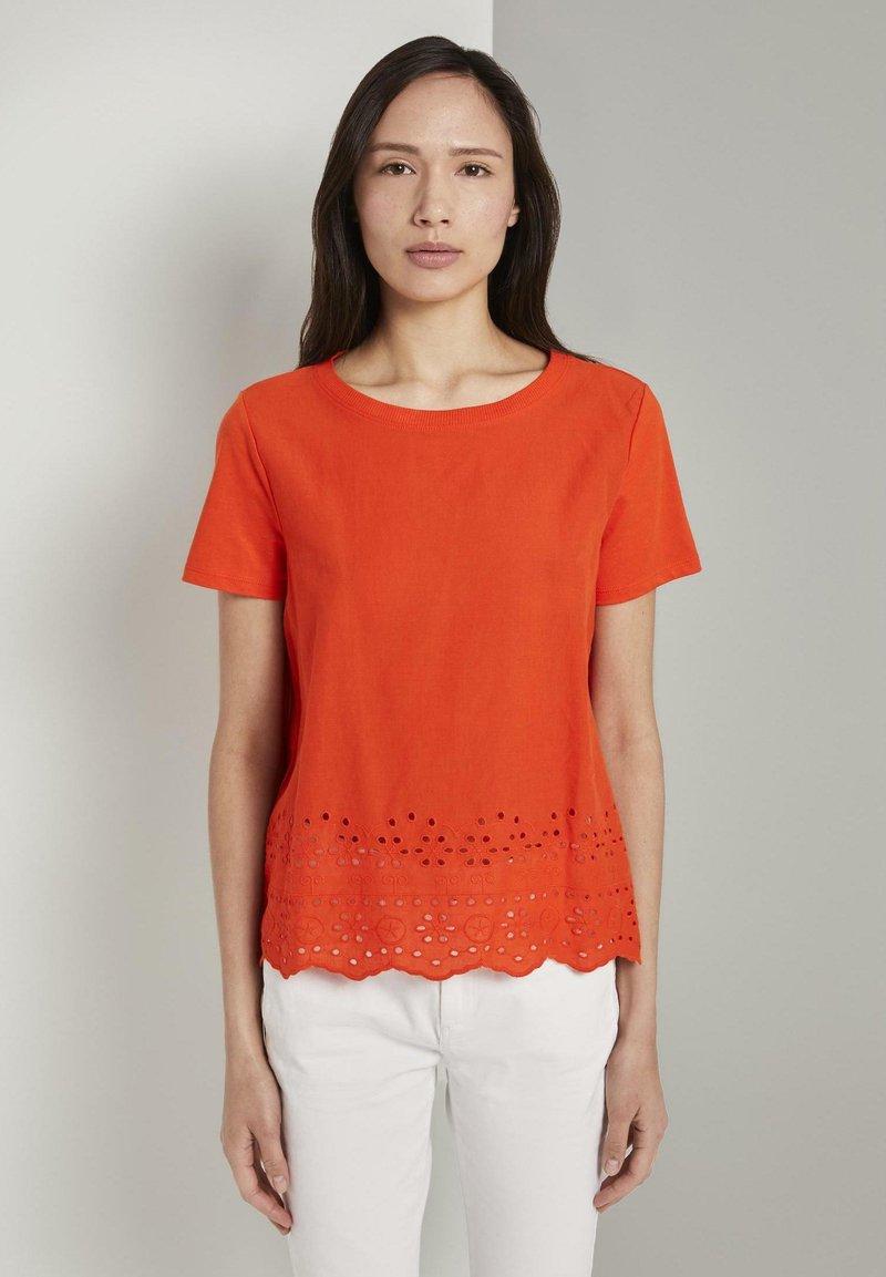 TOM TAILOR - MIT LOCHSTICKEREI - Print T-shirt - strong flame orange