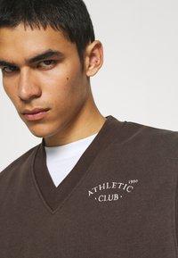 Jack & Jones - JORTOBIAS V-NECK VEST UNISEX - Sweatshirt - seal brown - 4