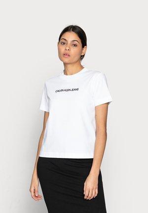 SHRUNKEN INSTITUTIONAL TEE - T-shirts med print - white