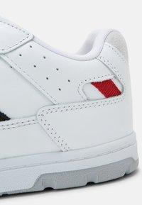 Hummel - POWER PLAY UNISEX - Sneakers - white/black/grey - 6