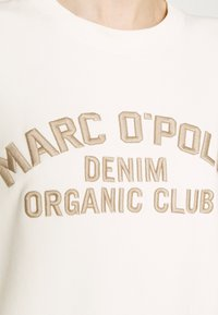 Marc O'Polo DENIM - LONGSLEEVE CREWNECK OVERSIZED FIT CHEST EMBROIDERY - Sweater - off-white - 6