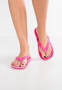 Crocs - CROCBAND FLIP - Domácí obuv - paradise pink/white - 0