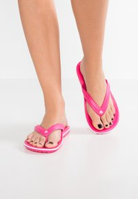 Crocs - CROCBAND FLIP - Tøfler - paradise pink/white - 0