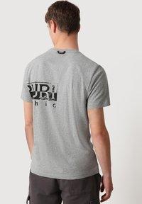Napapijri - Print T-shirt - medium grey melange - 2