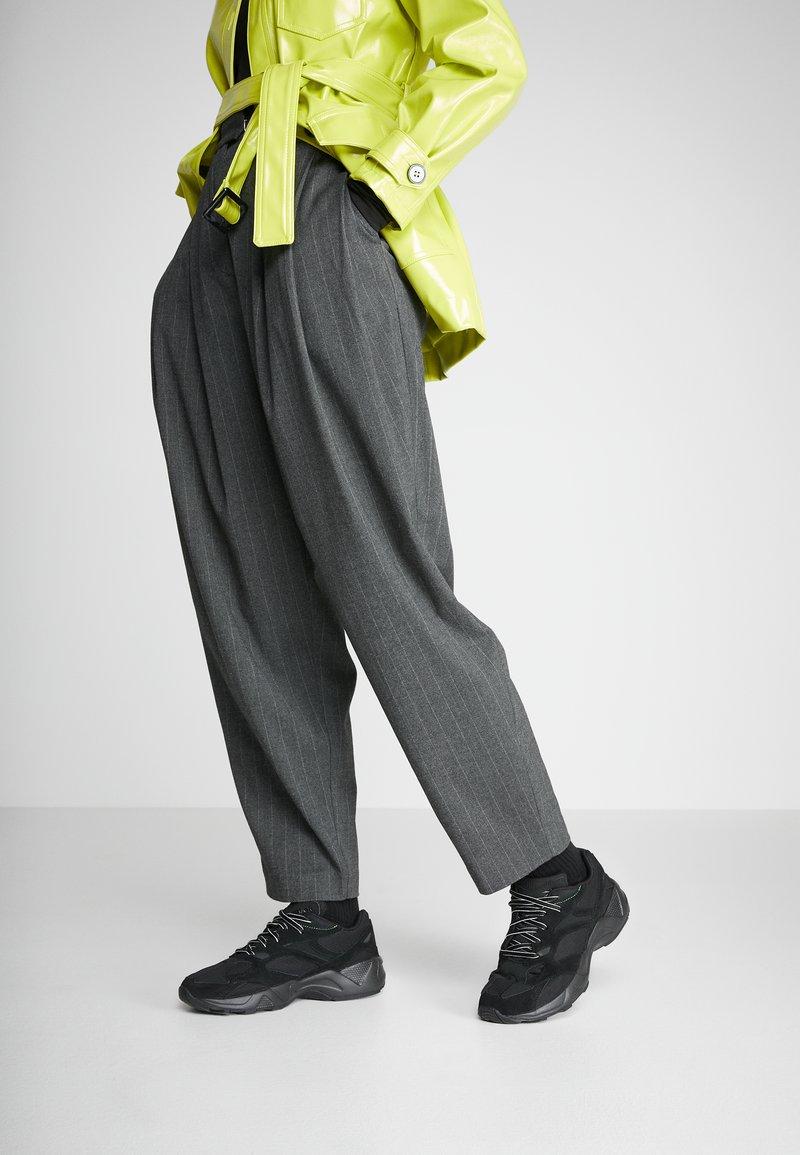 Reebok Classic - AZTREK 96 TRANSLUCENT - Sneakers laag - black/neon lime/true grey
