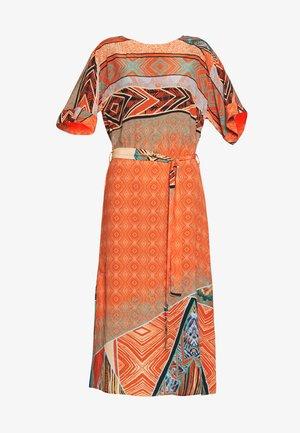 DRESS GEOMETRIC PATTERN - Denní šaty - cinnabar