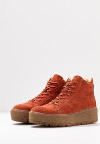 Tamaris - Kotníkové boty na platformě - rust - 4