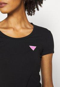 Guess - RNKAMELIA  - T-shirts med print - jet black - 5