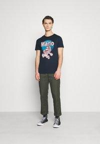 Jack & Jones - JCOSUPER MARIO  - T-shirt imprimé - navy blazer - 1